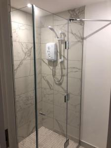 shower in dukes court